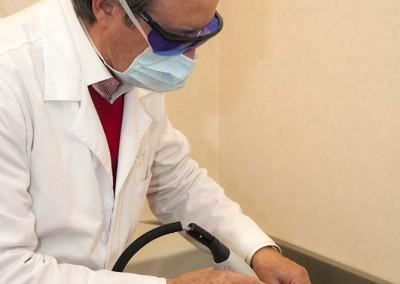 Dr. Biscaia Fraga enquanto retira os sinais das costas de Simão Morgado